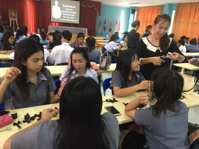 การสอนทำริบบิ้นสีดำติดเสื้อและย้อมสีเสื้อถวายความอาลัย