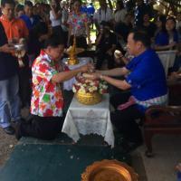 รดน้ำดำหัวขอพรและมอบกระเช้าเนื่องในวันสงกรานต์และปีใหม่ไทย